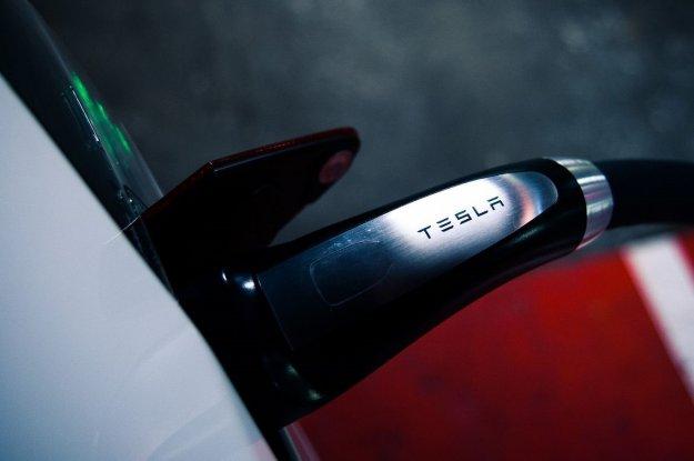 Tesla z novim superpolnilnikom za 1600 kilometrov energije v eni uri