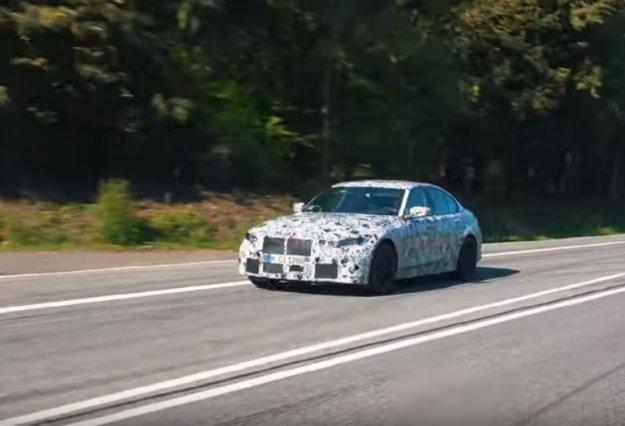 Prihajajoči BMW M3 z jeznim šestvaljnim zvokom